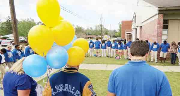 WSN seniors pray before releasing balloons in memory of Kaylor Friday.